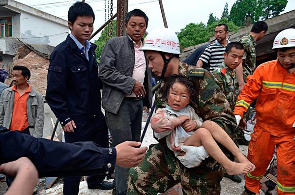 china-earthquake-sichuan-2013-rescued-child_66520_600x450