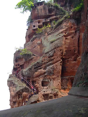 climb-down-to-view-leshan-giant-buddha
